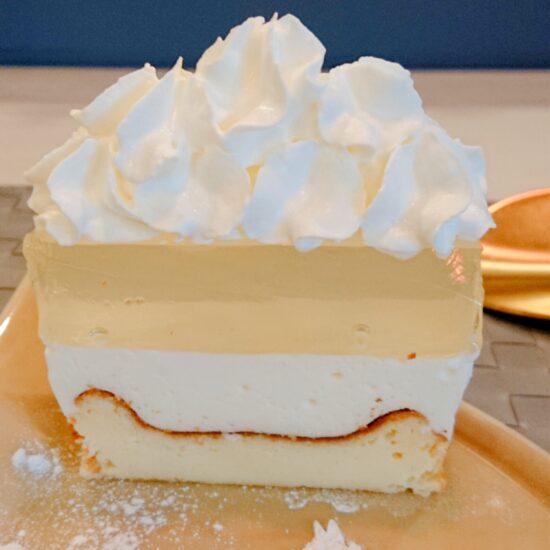 新作バスレチーズケーキ(スカイブルー)は、4層からなっています。通常のバスレチーズケーキは3層です。1層増えましたよ!なんて素敵な積み上げですか。 トップから、生クリーム、ゼリー、レアチーズ、バスクチーズの豪華4層の積み上げです。 お値段は正直言うとバスレチーズケーキに夢中で見るの忘れました。。たしか、、600円です。通常のバスレチーズケーキより100円程ブラスですね。コレに惚れたら盲目です↓
